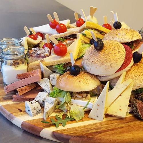 Catering Groningen schaal met hapjes en sandwiches van cateraar Beijk