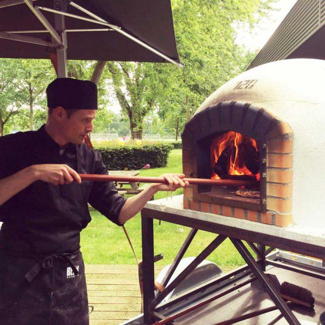 bbq met pizza oven aan huis met kok door cateraar Beijk Catering Groningen
