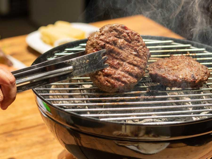 bbq feestje uitbesteden cateraar hamburgers