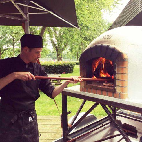 Catering Drachten pizza oven pizzabakker aan huis in tuin