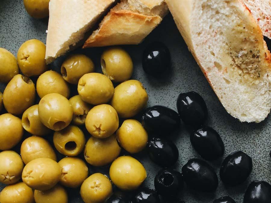 hapjescatering olijven brie brood luxe aan huis bezorgd